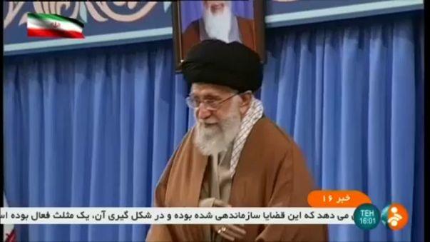 Irán: Hamenei vádol és fenyeget