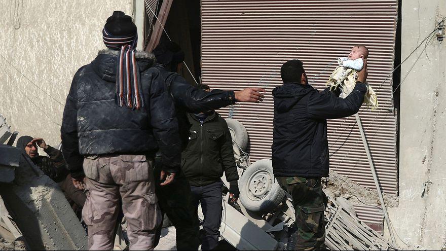 Drámai gyermekmentés a romok alól Szíriában