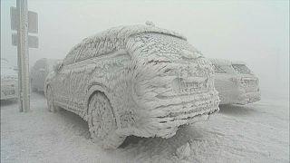 Autos in Fichtelberg gleichen Eisstatuen