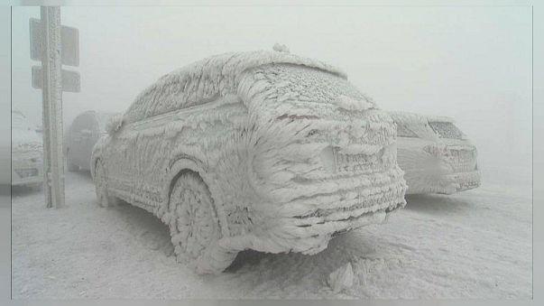Elképesztő látvány nyújtanak a jégszoborrá vált autók Németországban