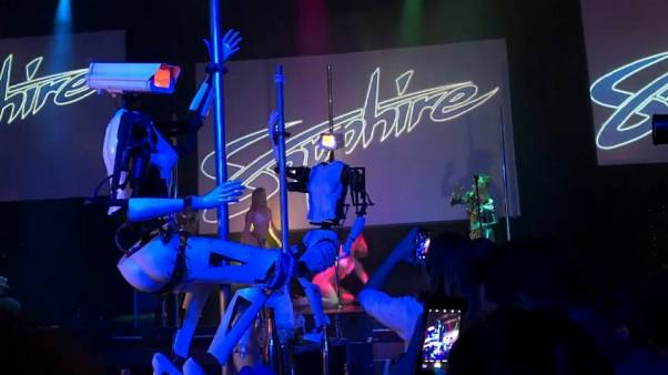 Al CES di Las Vegas ci sono i robot stripper che ballano pole dance