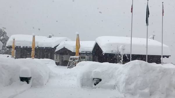 İsviçre'de kayak merkezinde mahsur kalan 13 bin kişi için çalışmalar devam ediyor