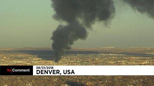 Grande incêndio devasta fábrica de reciclagem em Denver