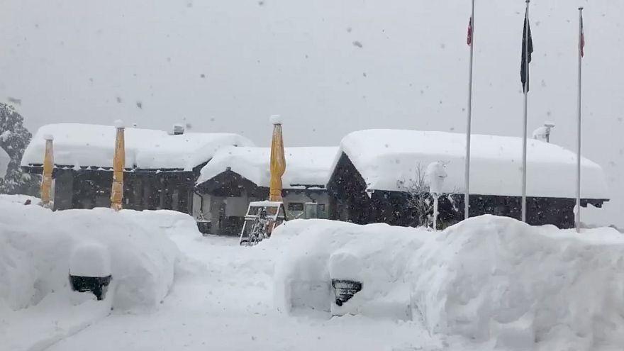 Resgates em estâncias de esqui dos Alpes depois dos nevões