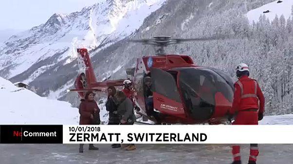 Helikopterrel mentik a turistákat Svájcban
