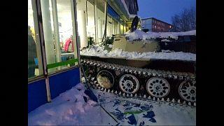 Tolldreiste Fahrt mit dem Panzer in den Supermarkt