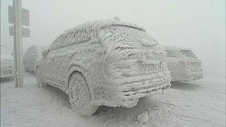 سوز و سرما در منطقه کوهستانی آلمان ماشینها را تبدیل به مجسمه یخ کرد