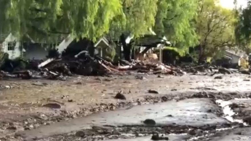 Háztetőről mentettek ki egy családot a sárból