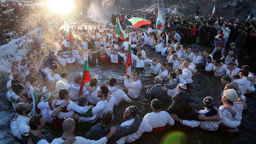Un grupo de hombres baila en el río Tundzha para celebrar la Epifanía