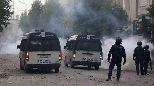 الجيش التونسي ينتشر في عدة مدن والشرطة تواصل عمليات الاعتقال والاحتجاجات في تصاعد