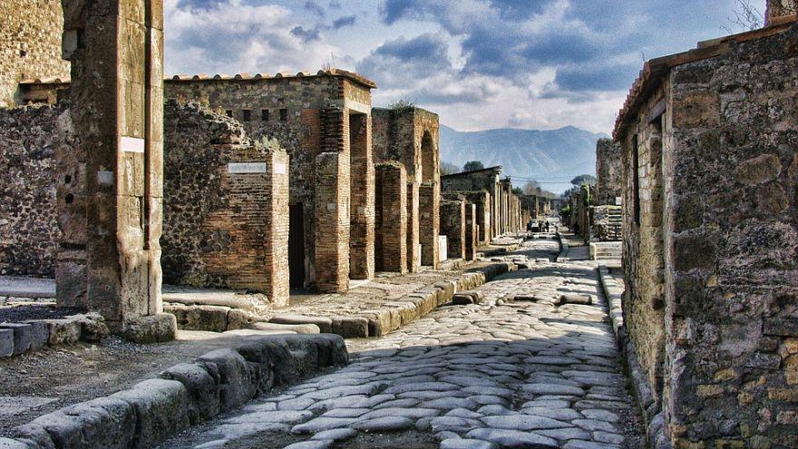 Atti vandalici a Pompei, sfregiato un affresco