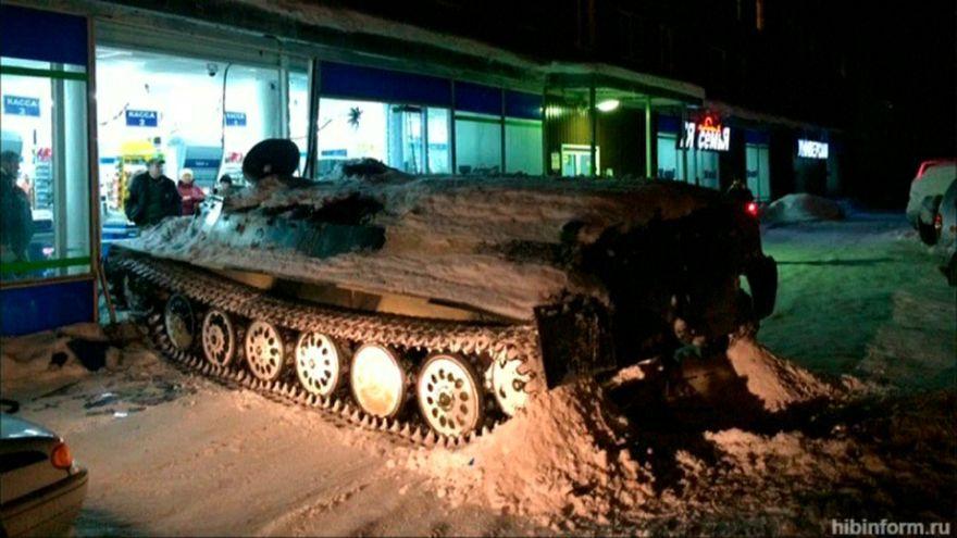Un ruso intenta combatir la hora de cierre subido en un tanque