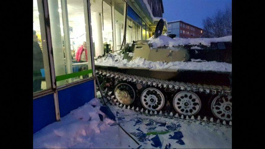 Russia, fa irruzione in uno store con un carro armato per rubare da bere
