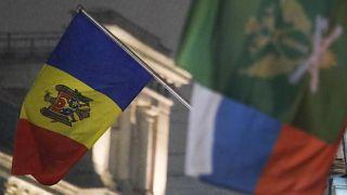 La bandiera moldava e quella della Russia, in sottofondo