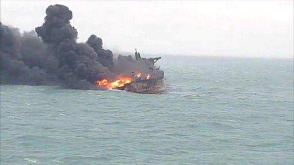 """Cina: nave in fiamme da 6 giorni; i parenti dei marinai: """"Salvateli"""""""