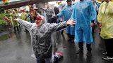 Manifestantes bloquean la avenida por la que iba a entrar el Dakar