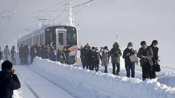 Több százan rekedtek éjszakára egy japán vonaton egy hóvihar miatt