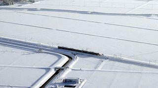 Au Japon, un train bloqué par la neige