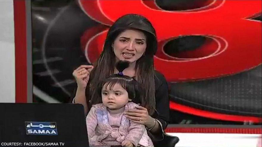 Kiran Naz brachte ihre Tochter mit ins Live-TV.