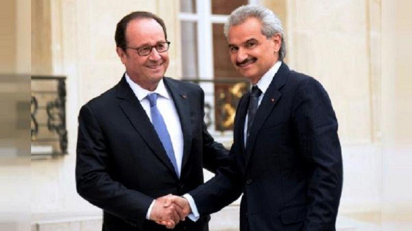 الأمير الوليد بن طلال (يمين) والرئيس الفرنسي السابق فرانسوا هولاند