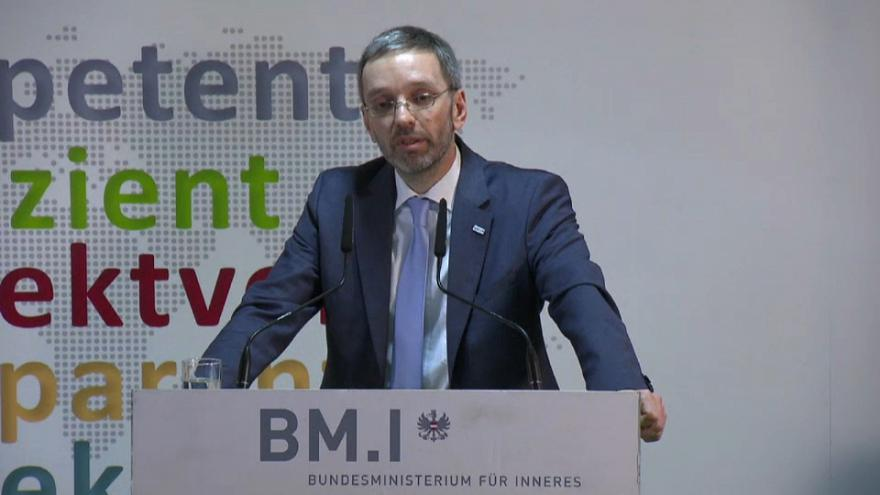 """Austria: """"concentriamo in un solo posto i richiedenti asilo"""". E' bufera sul ministro Kickl"""