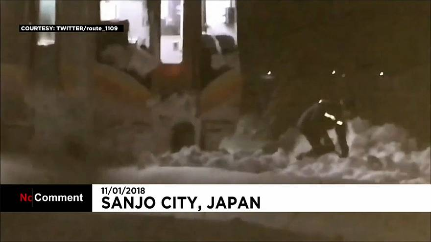 الثلوج الكثيفة تحتجز 400 يابانياً داخل قطار لليلة كاملة