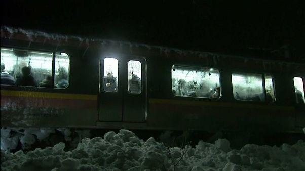 Giappone: passeggeri bloccati dalla neve sul treno