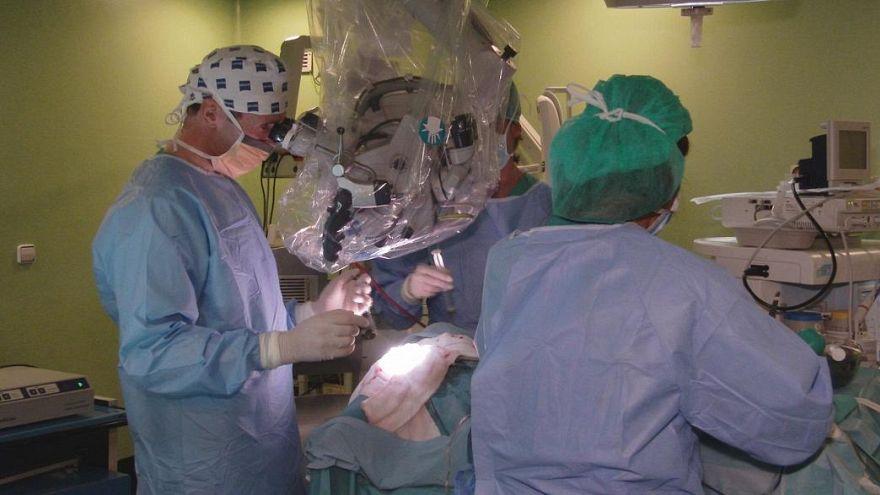 تغريم جراح بريطاني حفر حرفي اسمه الأوليين على كبدي مريضين