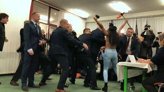 Presidenziali ceche: attivista Femen irrompe nel seggio. Il presidente Zeman  sta votando