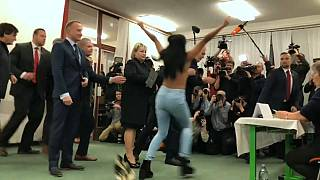 Zeman es objeto de la protesta de Femen en las elecciones checas