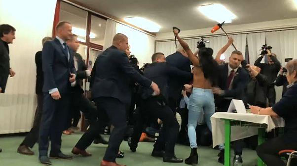 """Nackt-Protest in Tschechien: """"Zeman - Putins Schlampe"""""""