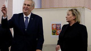 """ناشطة من """"فيمن"""" تهاجم رئيس التشيك وتصفه بـ""""عاهرة"""" بوتين"""