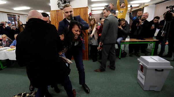 Γυμνόστηθη όρμησε στον πρόεδρο Ζέμαν σε εκλογικό τμήμα
