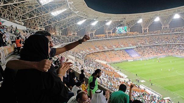 Premier match de football en tribune pour les Saoudiennes