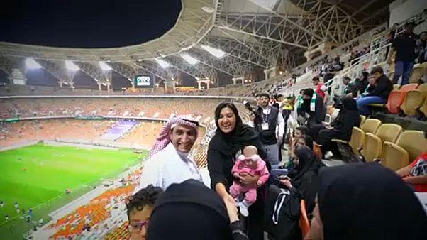 Először futballmeccsen a nők