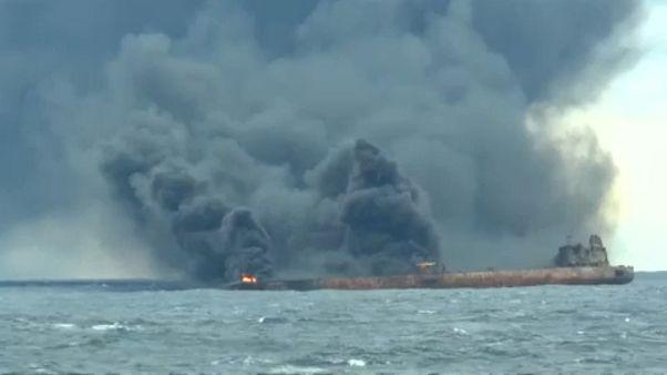 Egy hete ég az olajszállító