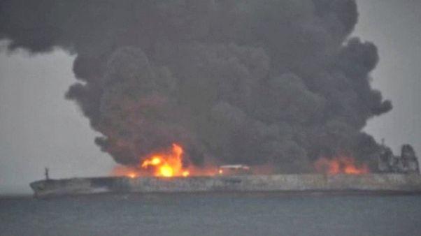 Dois cadáveres recuperados de petroleiro em chamas