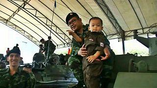 کودکان تایلندی در روز کودک، ارتشبازی میکنند