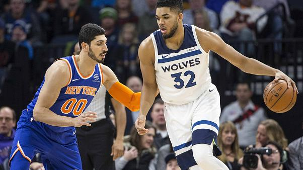 Karl-Anthony Towns passa por Enes Kanter a caminho do cesto