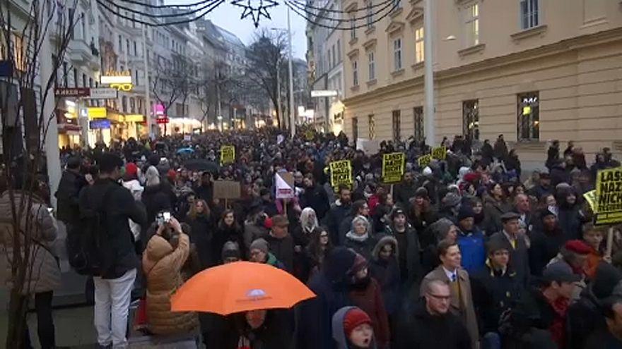 Bécs: tízezrek tüntettek az új osztrák kormány ellen