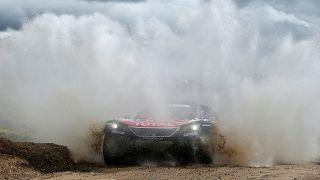 كارلوس ساينز مع سيارته بيجو في المرحلة السادسة من رالي داكار