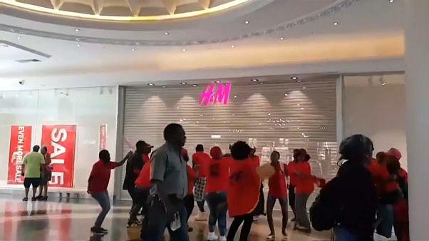 В ЮАР устроили погромы в магазинах H&M