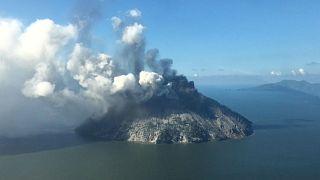 Islanders flee as Papua New Guinea volcano erupts - video