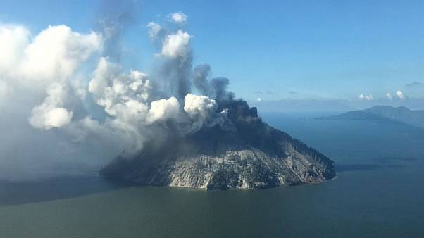 Islanders flee as Papua New Guinea volcano erupts - video