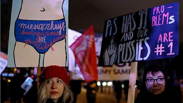Az abortusztörvény szigorítása ellen tiltakoztak Lengyelországban