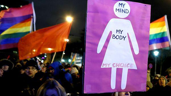 Polonya'da kürtajı zorlaştıracak yasa tasarısına karşı protesto