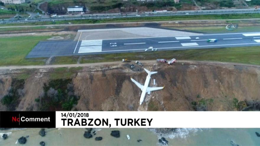 Un Boeing sale de pista en Turquía y queda a metros del Mar Negro