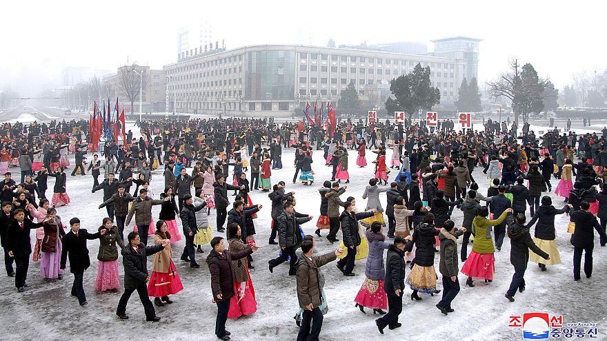 """شاهد: بأوامر """"الزعيم"""" مسؤولو كوريا الشمالية يركضون في شوارع بيونغ يانغ"""
