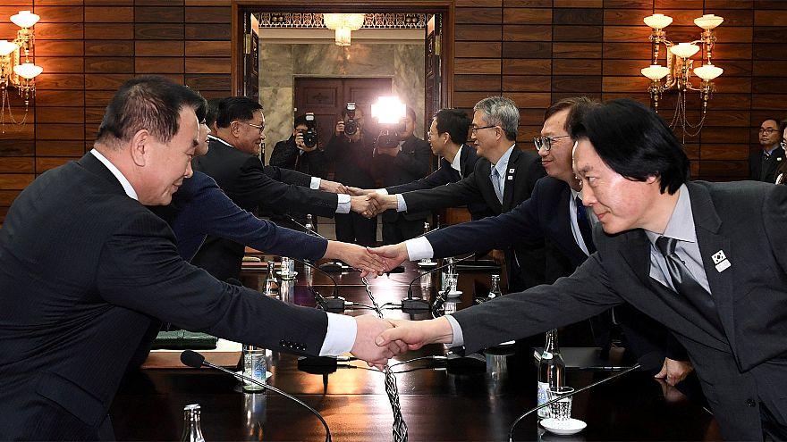 Las dos delegaciones se dan la mano