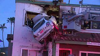 سيارة تعلق بعيادة للأسنان بالطابق الثاني بعد فقدان صاحبها السيطرة عليها
